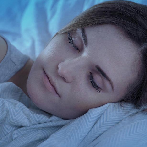 Ragazza che dorme con influenza